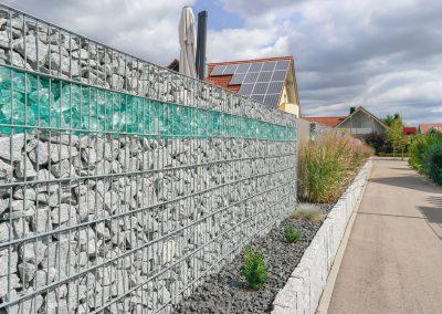 Gabionenzaun mit Glas- und Granitfüllung