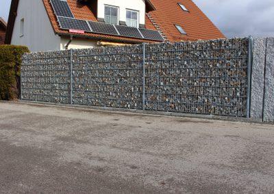 Gartenzaun aus Doppelstabmatten mit Sichtschutz aus Granit